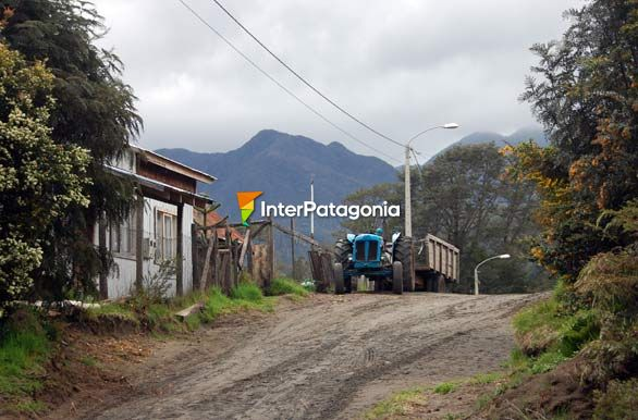 The blue tractor - Puerto Ra�l Mar�n Balmaceda