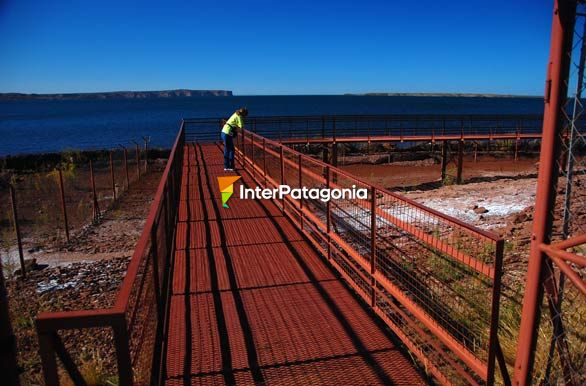 Footbridge to watch dinosaur tracks - Villa El Choc�n