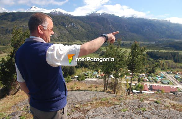 Pointing at the border - Alto Palena