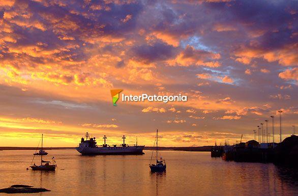Fotos de Puerto Deseado: Atardecer en el puerto